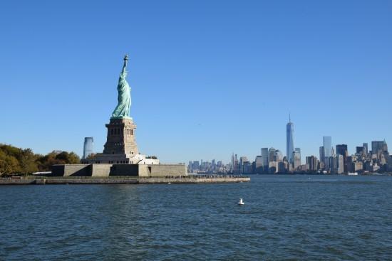 自由神像與曼哈頓,最高的一幢建築是新世貿中心一號大樓(One World Trade Center),高1776英呎,紀念獨立宣言簽署的年份