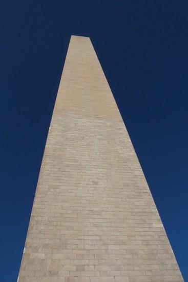 華盛頓紀念碑外牆,仔細看會見到兩種不同顏色,這是因為南北內戰導致建造工程要暫停,22年後才復工,所以較舊的大理石會呈不同的顏色